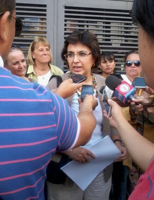 ISOLDA CALSINA. Conferencia de prensa afuera de la Legislatura.