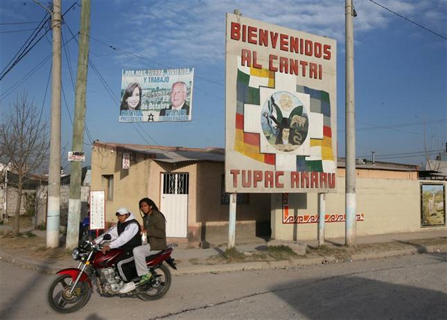 BIENVENIDA. El cartel, al ingreso del barrio. Al costado, cartel de campaña en apoyo a Fellner y a Cristina.
