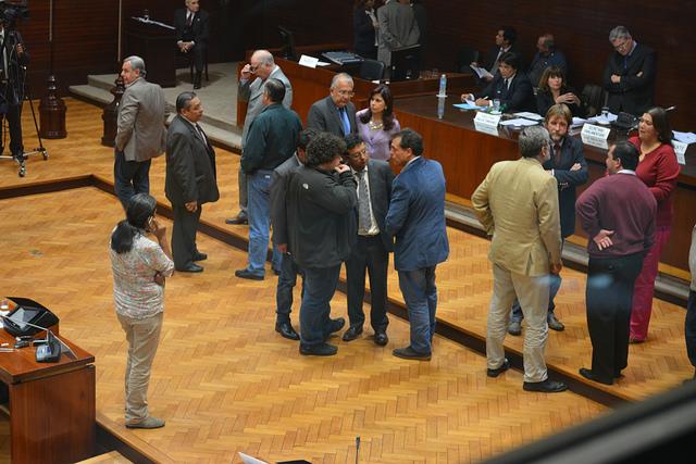 Milagro Sala habla por teléfono en un cuarto intermedio de la sesión de ayer, en la que se debatía una sanción por su participación en hechos de violencia. (Foto El Libertario)