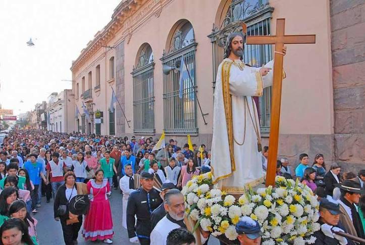 Procesión por calle Alvear. Foto Juan Fernández