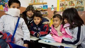 alumnos niños frio escuela