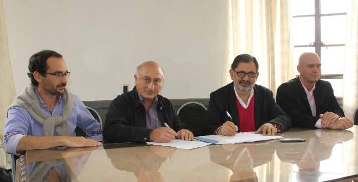 Chuli Jorge firma el contrato de adjudicación con Carlos Villanueva