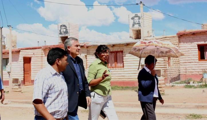 Morales recorre el barrio 2 de abril, construido por la organización Tupac Amaru.