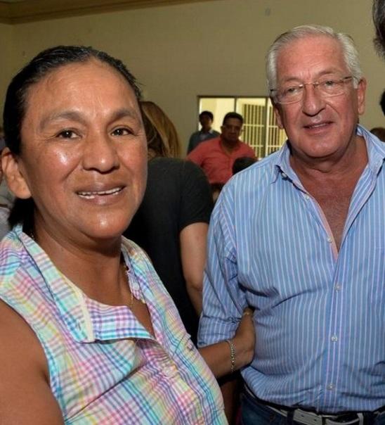 Milagro Sala abraza a Fellner, durante la última visita de Scioli a Jujuy