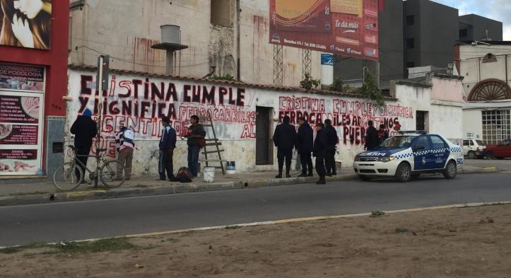 """Policía de Jujuy """"custodia"""" a los que hacen pintadas a favor del gobierno"""