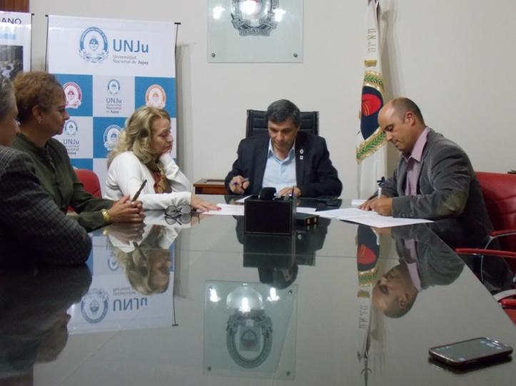 Firma del convenio entre Joaquín Carrillo y Rodolfo Tecchi