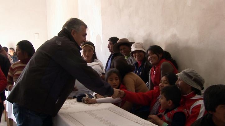 Morales saluda a la gente de Abralaite