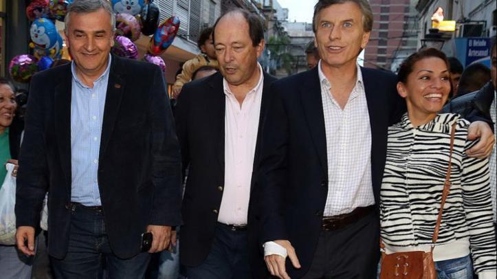 Los precandidatos, en la Peatonal de Jujuy, junto a Morales