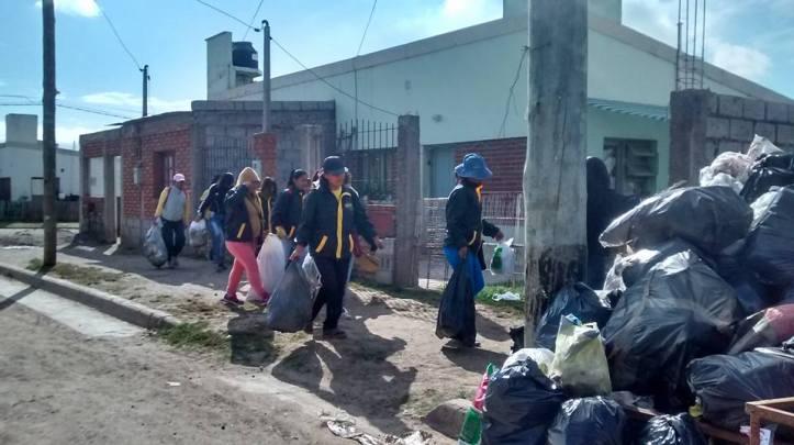 Mujeres de la ODIJ tiran basura en el CPV