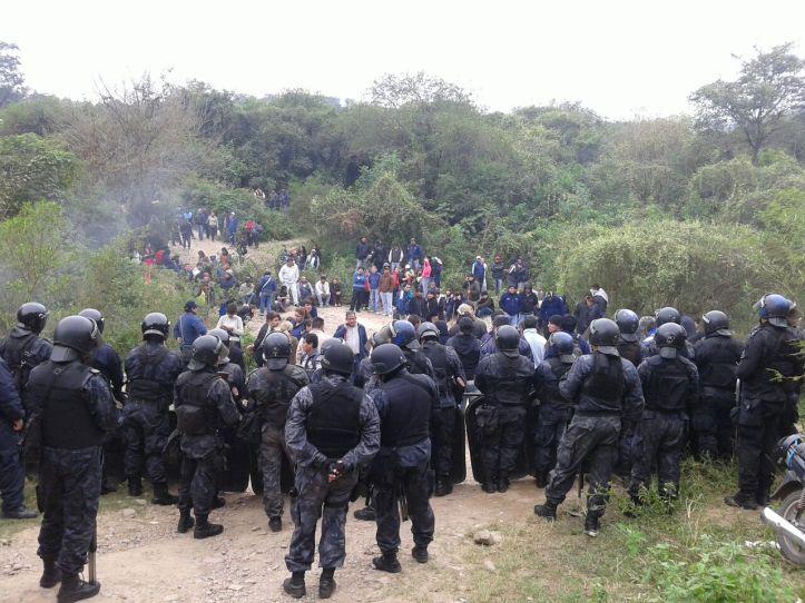 Infantería supervisa a los manifestantes (Crédito foto Carlos Sánchez-FM Trentina)