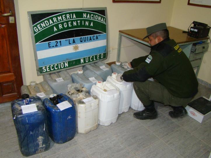 Los bidones donde era transportada la cocaía diluida. (Crédito foto: Gendarmería Nacional)