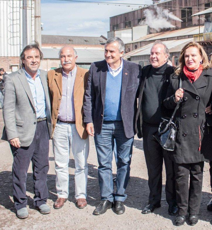 Morales con Fiad en el inicio de zafra del ingenio Río Grande de La Mendieta. Acompañados por diputados y dirigentes de la UCR y del PJ. (Crédito foto: Prensa UCR)