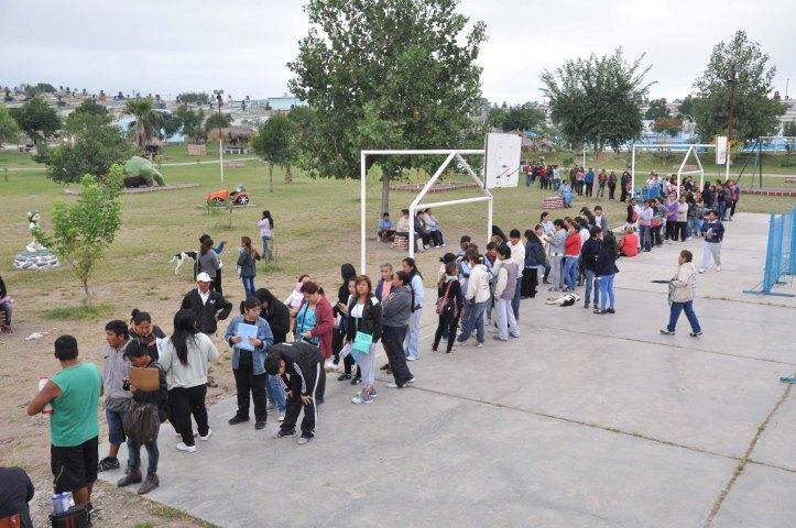Largas colas tuvo que hacer la gente en el barrio Tupac Amaru para inscribirse al Programa Hogar. Ahora, en el mismo lugar, se las venderán a $90.
