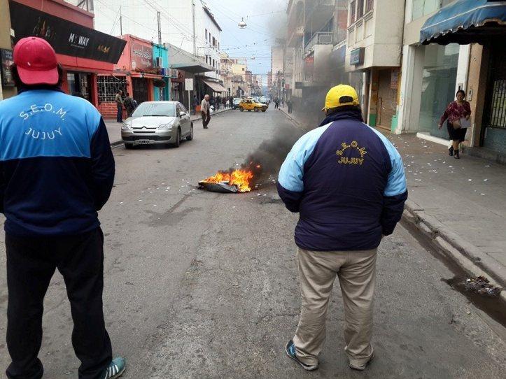Durante la toma, se quemaron gomas y se cortó la calle (Crédito foto: Prensa SEOM)