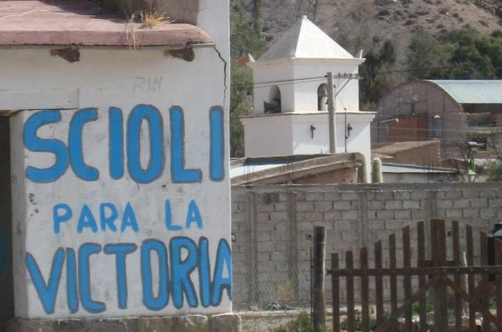 """El """"pintoresco"""" paisaje que Scioli impone en la Quebrada, de la mano de la Tupac Amaru"""