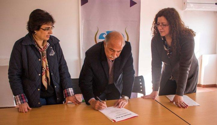 Mario Fiad e Isolda Calsina firman como muestra de honestidad. El FPV no dijo si imitará este gesto.