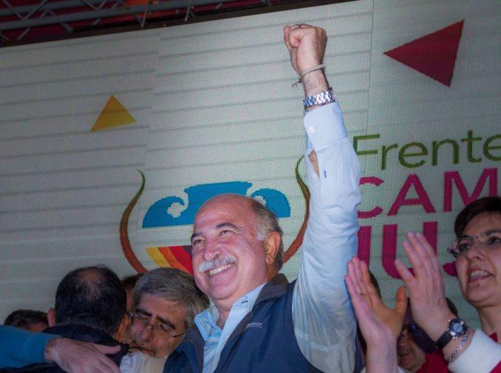 Exultante. Mario Fiad, levanta su mano en el festejo de Cambia Jujuy. Lo acompaña Isolda Calsina, de Lyder.