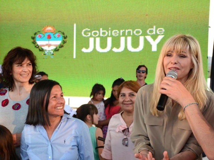 Rabollini habla durante la presentación del Sapo Pepe en Jujuy. Magdaleno le sonríe. Detrás, la ministra de Educación, acusada de corrupción.
