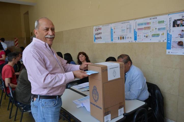 Miguel Ángel Giubergia emitiendo su voto