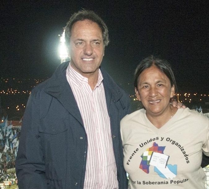 Scioli con Milagro Sala en el estadio de Gimnasia y Esgrima de Jujuy