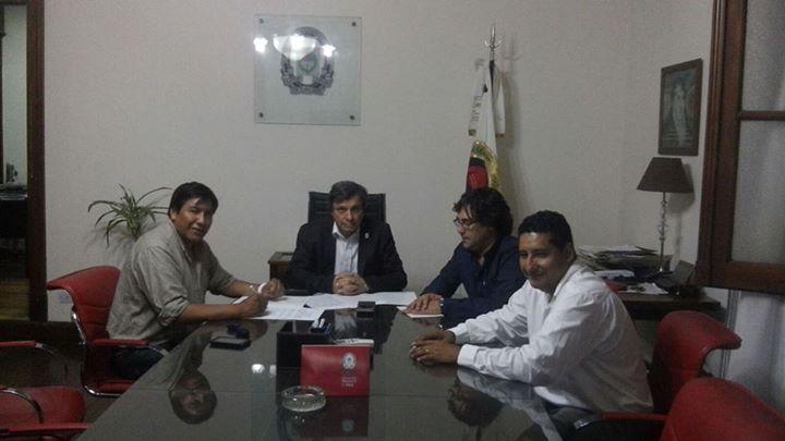 Los funcionarios firman el convenio