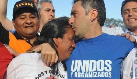 """El """"Cuervo"""" Larroque besa a Milagro Sala (archivo)"""