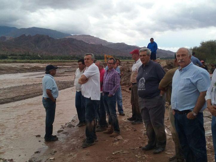 Gerardo Morales caminó en medio de la inundación, visitó a los evacuados y supervisó trabajos en el río Grande
