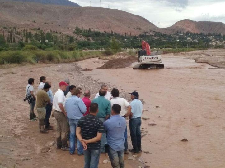 El equipo de Gobierno, encabezado por Morales, en el cauce del Río Grande, que desbordó y generó inundaciones en Tilcara