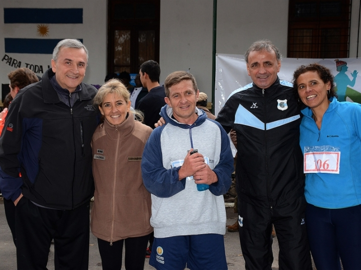 Gerardo Morales con autoridades que participaron de la carrera