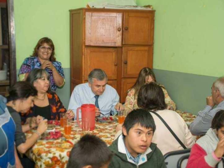 Morales almuerza con niños en un establecimiento educativo (archivo)