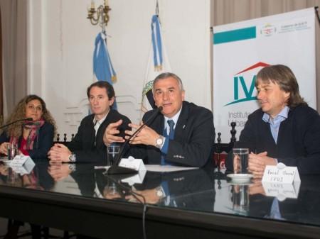 Morales, junto a funcionarios, durante el anuncio de hoy