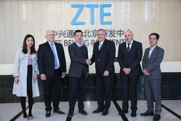 Gerardo Morales junto a ejecutivos de ZTE, encabezados por su vicepresidente, Hu Jian.