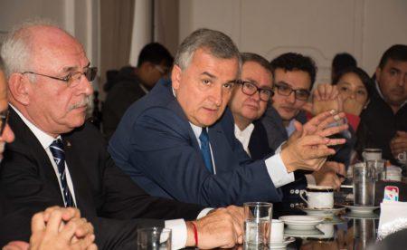 Morales y el equipo de energía, con periodistas