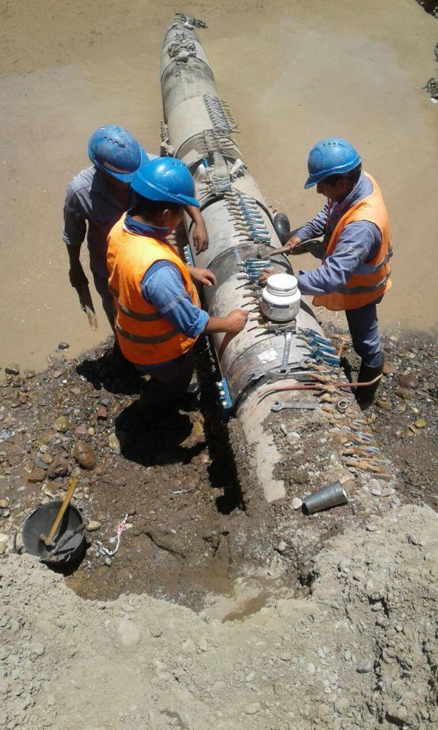 Operarios reparan acueducto
